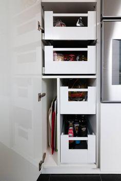 Schrank mit Innenauszügen und Trennwand: moderne Küche von Klocke Möbelwerkstätte GmbH