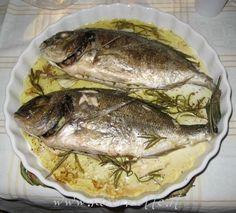 Una ricetta semplice e veloce per cucinare un'orata, o qualsiasi altro pesce pregiato, nel microonde. Bravo Fabio... si riconosce la tua mano pelosetta e sexy!! ;-) Ingredienti per 2 persone:  - 2 orate fresche - 3 spicchi d'aglio - 5-6 rametti dirosmarino - sale - pepe - olio d'oliva - succo di limone Preparazione: Lavare e pulire il pesce con attenzione, meglio se ve lo fate pulire dal pescivendolo ;-)  Squamarlo e lavarlo bene sotto l'acqua corrente  Asciugare bene con un panno pulito…