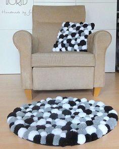 Pon pon paspas çılgınlığı  . . #knitting#knittersofinstagram#crochet#crocheting#örgü#örgümüseviyorum#kanavice#dikiş#yastık#blanket#bere#patik#örgüyelek#örgü#örgübattaniye#amigurumi#örgüoyuncak#vintage#çeyiz#dantel#pattern#motif#home#yastık#severekörüyoruz#örgüaşkı#pattern#motif#tığişi#çeyiz#evdekorasyonu
