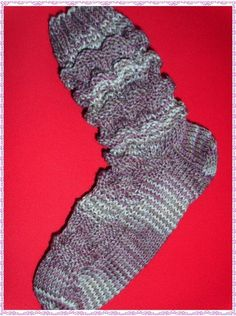 Wave pattern Wave pattern 3 rounds: 3 right / 3 left 3 rounds right 3 rounds: 3 left / 3 right 3 . Wave pattern Wave pattern 3 rounds: 3 right / 3 left 3 rounds right 3 rounds: 3 left / 3 right 3 rounds left Simple + Ef. Wave Pattern, Waves, Socks, Knitting, Simple, Blog, Fashion, Knit Patterns, Gloves