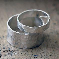 Gehämmerte Band Ehering Satz. Diese Sterling silber Ringe haben eine Hand gehämmert Muster, die dieses einzigartige Eheringe Ring Set schmückt. Organische und vollständig zufällige Muster macht jeder Ring einzigartig und ein Unikat. Die breiteren Ring-Maßnahmen über 3/8 breit oder 9mm und die schmalen Ring Maßnahmen etwa 4-5 mm breit.  Dieses Angebot gilt für zwei Ringe. 1 9 — 10mm breit und 1 4-5mm breit.  Aufgrund der Breite des breiteren Ring würde ich empfehlen, Bestellung einer 1&#x...
