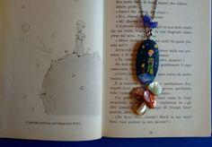 Ciondolo in legno con perle arcobaleno. Dipinto a mano. Piccolo Principe.