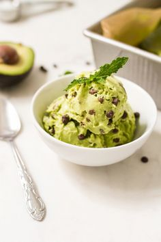 Mint Chocolate Chip Cado Cream (Avocado Ice Cream) made with avocados, almond milk and coconut oil. It& dairy-free, gluten-free, vegan and paleo friendly. Mini Chocolate, Chocolate Banana Ice Cream, Mint Chocolate Chips, Chocolate Avacado, Vegan Chocolate, Chocolate Desserts, Avocado Dessert, Dairy Free Ice Cream, Vegan Ice Cream