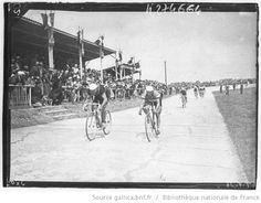 Tour de France 1936, 18e étape Bordeaux-Saintes (le matin) le 30 juillet : Saintes, Éloi Meulenberg (équipe de Belgique) gagne l'étape au sprint devant René Le Greves (équipe de France)
