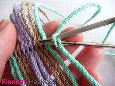 Ply split braiding is een leuke vlechttechniek waar je van alles mee kan maken. Zelf gebruik ik deze techniek om tas hengsels te maken vo... Tapestry Bag, Tapestry Crochet, Paracord, Mochila Crochet, Crochet Bag Tutorials, Crochet Cow, Knitted Headband, Yarn Crafts, Crochet Stitches