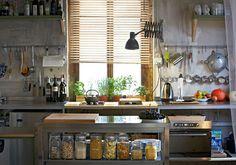 Operazione nostalgiaQuesta cucina è stata recuperata dalla casa in campagna dove sono cresciuti con i genitori Daniel e Markus, i due fratelli a capo della Freitag, l'azienda che produce le celebri bo