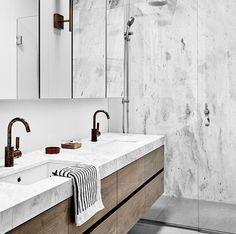 Marmeren badkamer met houten badkamermeubel