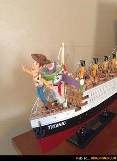 Woody y Buzz Lightyear recordando la famosa escena de Titanic.