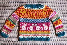 Clara Stickar: Hönsestrikk till Astrid Kids Knitting Patterns, Kids Patterns, Knitting For Kids, Knitting Designs, Knitting Projects, Baby Knitting, Crochet Baby, Knit Crochet, Baby Fair