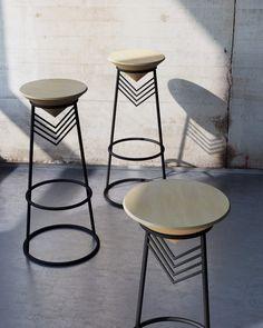 Простой и лаконичный барный стул, выполненный из стальных труб и дерева.
