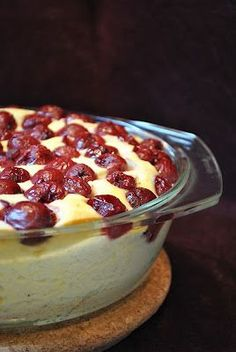 Quark Pudin - Finally again a dessert that would be tried - and something different than the usual pancakes and milk and Grießbreipanscherei. ;-) The casserole is very loose, airy, works fast, and beautiful cherry-vanilla - if it's just out there so sad then, as now, it fits perfectly! :-)
