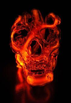 Esculturas de cráneos de cristal iluminados con luz neón por Eric Franklin Originario de Portland, Estados Unidos, Eric Franklin crea cráneos de cristal los cuales, desde el interior de ellos, ilumina con luces de neón. Lo que resulta de esta combinación es una obra visualmente muy llamativa y un tanto compleja.