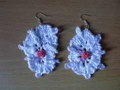 Magnifici orecchini bianchi con roselline rosa realizzati a mano all'uncinetto