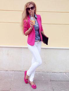 Blazer fucsia, blusa de mezclilla, pantalón blanco, zapatos fucsia