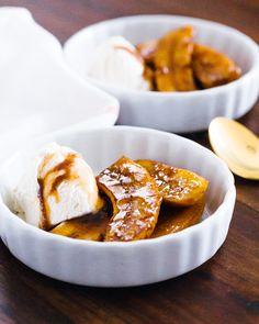 バナナスイーツ。 キャラメルをかけるとさらに美味しいレシピを海外のサイトを紹介。 Bananas Foster | a Couple Cooks