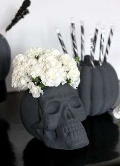 Learn how to make your own DIY Skull Vase plus more gorgeous black and white Halloween party ideas! These simple DIY halloween crafts will make your party extra special this year. Primer Halloween, Casa Halloween, Happy Halloween, Holidays Halloween, Halloween College, Women Halloween, Halloween Horror, Halloween Couples, Halloween Parties