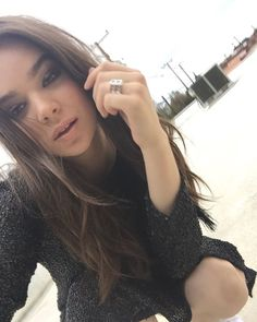 Hailee Steinfeld Celebrity style with good fashion dresses on red carpets make them Hot male female celebrities and also makes them more famous with their hot bodies handsome and beautiful faces Cyberpunk Girl, Prettiest Actresses, Selfie Poses, Selfies, Felder, Pitch Perfect, Hot Brunette, Belleza Natural, My Idol