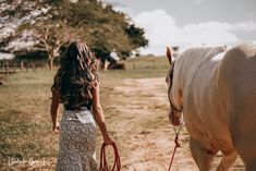 Horse Girl Photography, Model Poses Photography, Foto Cowgirl, Quince Pictures, Cowgirls, Western Girl, Cowboy Up, Apostolic Fashion, Graduation Pictures