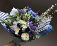 Весенний бело-синий букет с изумительными синими анемонами, ароматной генистой и акцентными белыми перьями. Blue Flowers Bouquet, Style