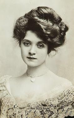 """American actress, Billie Burke (she played Glinda the Good Witch in the """"Wizard of Oz""""). She was fortunate to have a lot of hair for this Gibson girl hairstyle. Images Vintage, Photo Vintage, Vintage Pictures, Retro Vintage, Victorian Pictures, Belle Epoque, Edwardian Era, Edwardian Fashion, Vintage Fashion"""