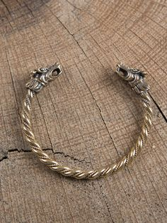 Bronzearmreif mit Drachenköpfen