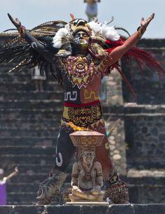 20150525 - Um dançarino com vestes astecas acende a chama da tocha dos jogos Panamericanos na antiga cidade de Teotihuacán, onde a tocha inicia sua jornada até Toronto, no Canadá, onde serão realizados os jogos  PICTURE: Omar Torres/AFP