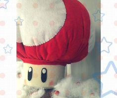 Você que se divertia com o Super Mário World , esse peso de porta irá ser uma doce lembrança na decoração do quarto do seu bebê! Peso de porta cogumelo Mario Bros em feltro