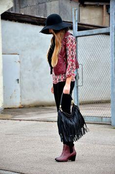 Vintage life en Vogue - Fashion Blog - burgundy look - fashion - style - outfit - blogger- hippie look- bohamian - hat - leather vest - fringe bag  - H&M boots