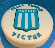 Torta escudo Racing Club...Para el Abuelo Victor ...Forrada con fondant, y aplique escudo de pasta de goma...bizcochuelo de chocolat...