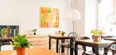 MyVeg es un espacio singular, un restaurante agradable que invita a relajarse entre mesas coquetas y sin recargar, perfecto para comer o cenar en paz. Un lugar que destaca por sus platos cuidados, atractivos y llenos de color. Colorful Interiors, Dining Table, Singular, Madrid, Furniture, Home Decor, Licence Plates, Vegetables, Restaurants