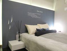 B159 オリジナルクロス オリジナルクロスのベッド ヘッドが印象的な空間。 カラーを空間モチーフとし、 ベッドカバーや小物にも つながりを演出。 #リビング #ベッドルーム #子ども部屋 #キッズルーム #書斎 #和室 #ダイニングルーム #インテリア #コーディネート #家づくり #インテリアアテンダント Bedroom Wall, My House, Condo, Luxury, Interior, Bedrooms, Design, Paper, Home Decor