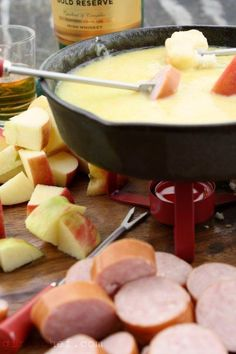 I don't even have a fondue pot but damn, I'll borrow one to make this! Irish Cheddar-Whiskey FondueI don't even have a fondue pot but damn, I'll borrow one to make this! Fondue Raclette, Appetizer Recipes, Appetizers, Dinner Recipes, Tapas, Fondue Party, Good Food, Yummy Food, Gastronomia