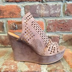 Introducing a great new wedge for spring. $54.95  #madisonsbluebrick #downtownhotsprings #springfashion #wedge #shoeenvy