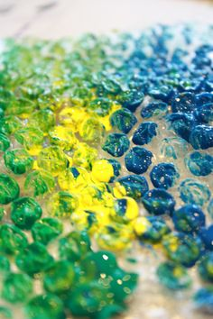 So easy to make bubble wrap prints with an array of paint colours! Love it! :)