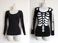 Déguisement de squelette en superposant un t-shirt blanc et noir. Dessiner les os sur le noir, le plier et évider les os au ciseaux. TUTO
