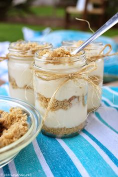 Lime pie in a jar for picnic Comida Picnic, Mason Jar Desserts, Mason Jars, Shugary Sweets, Dessert In A Jar, Healthy Snacks, Healthy Recipes, Meals In A Jar, Diy Food