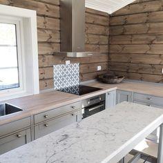"- marmor på ""øya""... #kistefosskjøkken #telemarkhytter #jotun #sjøsand #mosaicdesign Kitchen Redo, Kitchen Living, Kitchen Design, Mosaic Design, Le Logis, Contemporary Cabin, Chalet Interior, Rustic Luxe, Luxury Cabin"