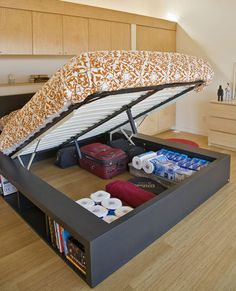 Save Space with Under Bed Storage - This space-saving bed folds up to reveal a hidden storage compartment underneath. Unlike traditional under-bed storage, this secret compartment is tall enough for suitcases and even has bookshelves along the outer edge. Sweet Home, Diy Casa, Diy Home, Home Decor, My New Room, Home Bedroom, Master Bedroom, Extra Bedroom, Bedroom Hacks