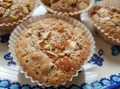 Kender du de små makronkager vi stornød i 80'erne og 90'erne? Du ved de små knasende, sprøde kager i muffinsforme, med konfekt/-marcipan-agtigmidte? Det er synd, at kagerne er gået i glemmebogen, de skal da findes frem igen :-) Tidligere på sommeren bagte jeg denne skønne variant: makronkager med rabarber - en total succes, hvor rabarberne gav en Danish Cake, Cook N, Cake Creations, No Bake Desserts, No Bake Cake, Amazing Cakes, Food And Drink, Sweets, Homemade
