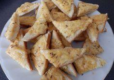 Für die Käsetoastecken die weiche Thea mit dem Ei abtreiben und den Käse hinzufügen. Mit Salz, Pfeffer, Kümmel und Paprika abschmecken und auf die Snack Recipes, Snacks, Dairy, Chips, Soup, Onion Soup Recipes, Red Peppers, Food Portions, Chef Recipes