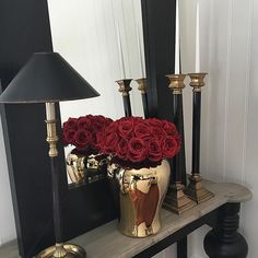 Nice with gold and black Black And Gold Living Room, Black White And Gold Bedroom, Black Gold Decor, Red Gold, Black Vase, Gold Home Decor, Black White Gold, Diy Home Decor, Red Accent Bedroom