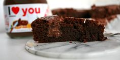 Mega lækker brownie, der er fyldt med Nutella og vildt nem at lave. Den bløde hasselnøddecreme passer perfekt til den intense smag af chokolade.