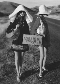 Modelos imitando a las chicas del go-gó; piden aventón a Nueva York.