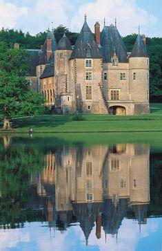 La Verrerie est situé en CENTRE-VAL-DE-LOIRE (FRANCE) . Palaces, Castles To Visit, Storybook Cottage, Château Fort, Old Mansions, Tudor House, Castle House, French Chateau, Medieval Castle