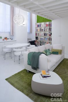 Dal pavimento al soffitto, una candida monocromia avvolge a 360 gradi il volume della piccola abitazione facendola sembrare più grande e amplificandone la luminosità.