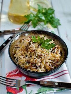 Sałatka z ryżu i soczewicy z karmelizowaną cebulą