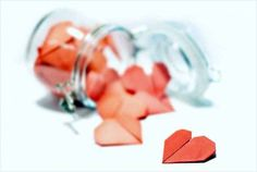 DIY Romantic Gift - the Love Jar How cute would this be? Gratitude Jar, Happy Jar, Love Jar, Jar Of Hearts, Long Distance Relationship Gifts, Ways To Show Love, Christmas Gift Guide, Sweet Notes, Romantic Gifts
