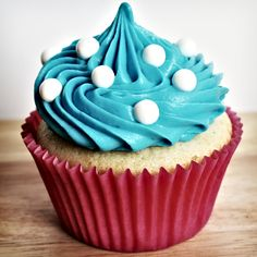 vanilla cupcakes w/delicious frosting Vanille Cupcakes mit leckerem Zuckerguss Cupcake Creme, Cupcake Rosa, Cupcake Png, Easy Cupcake Recipes, Healthy Dessert Recipes, Vanille Cupcakes, Cupcakes Design, Xmas Desserts, Cupcakes Decorados