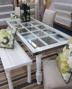 table basse DIY réalisée à partir d'une vieille fenêtre sur la terrasse