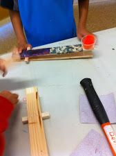 Launcher, uses a lever to send pom poms flying. You need two paint sticks, a small piece of wood for the fulcrum, rubber bands, a plastic cup and a pom pom. Gifted Education, Science Education, Science Projects, Projects For Kids, Simple Machine Projects, Paint Sticks, Maker Space, Simple Machines, Rubber Bands